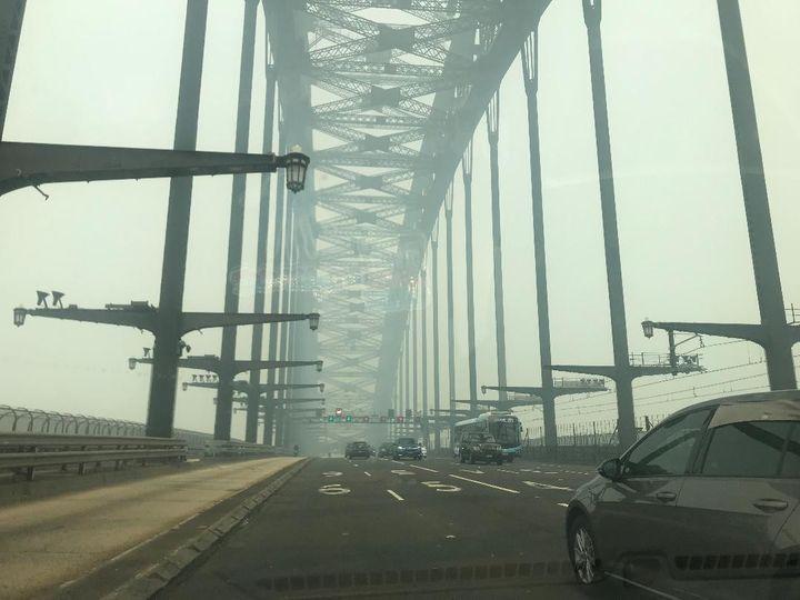 """Un brouillard épais et suffocant sur le célèbre """"Harbour bridge"""", le pont qui traverse la baie de Sydney et relie le quartier """"The rocks"""" à """"Milsons Point"""",noyé dans les fumées des incendies (Photo Lequien)"""