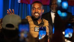Kanye West, portant un gilet pare-balles, s'adresse à ses supporters lors d'un discours de campagne pour la prochaine élection présidentielle américaine, le 19 juillet 2020 à North Charleston en Caroline du Sud (photo d'illustration). (RICHARD ELLIS / MAXPPP)