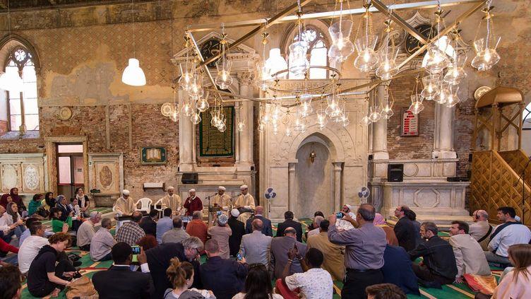 """L'islandais Christoph Büchel a installé une mosquée dans une église désaffectée. """"La Moschea"""" se visite dans l'ancienne église de Santa-Maria della Misericordia, que son propriétaire privé a loué à l'Islande pour la Biennale de Venise, mai 2015  (EPA/MAXPPP)"""