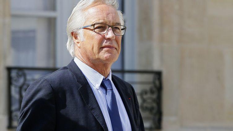 Le ministre du Travail François Rebsamen quitte l'Elysée après le conseil des ministres, à Paris, le 26 août 2015. (PATRICK KOVARIK / AFP)