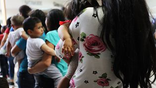 Des douzaines de femmes et leurs enfants en provenance du Honduras dans le centre de rétention de McAllen au Texas (Etats-Unis), le 22 juin 2018. (SPENCER PLATT / GETTY IMAGES NORTH AMERICA)
