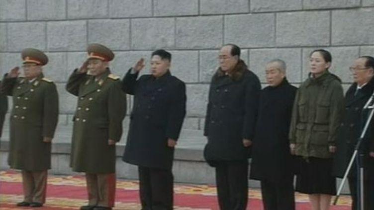 Kim Jong-un, le fils et successeur de Kim Jong-il (3e en partant de la gauche), salue l'armée qui défile devant le mausoléeKumsusan de Pyongyang (Corée du Nord) à l'issue des obsèques de son père, le 28 décembre 2011. (FTVi / REUTERS)