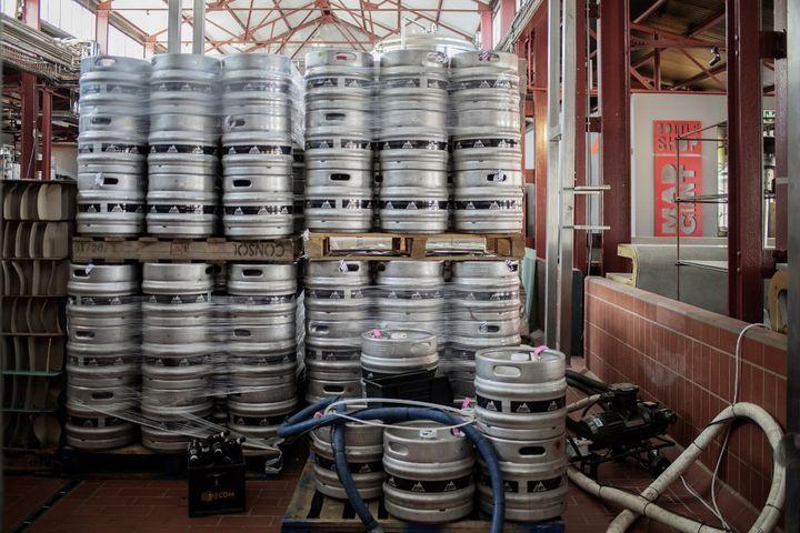 """Les fûts s'entassent dans les brasseries, comme à la """"Mad Giant Brewery à Johannesburg, le 15 janvier 2021. (LUCA SOLA / AFP)"""