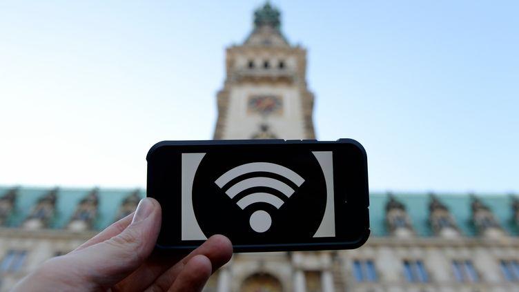 Un points d'accès à Internet grace au wi-fi dans les lieux publics, ici à Hambourg (Allemagne). (DANIEL REINHARDT / DPA)