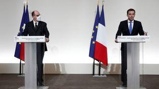 Le Premier ministre, Jean Castex (gauche), etle ministre de la Santé, Olivier Véran, lors d'une conférence de presse, à Paris, le 3 décembre 2020, surla stratégie vaccinale face à la pandémie de Covid-19. (BENOIT TESSIER / AFP)