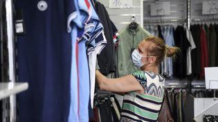 Une cliente dans un magasin de vêtements, le 20 juillet 2020, à Paris. (ALAIN JOCARD / AFP)