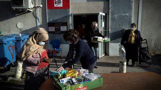 Les bénéficiaires les plus précaires des Restos du Coeur ne voient pas comment ils vont pouvoir tenir le mois d'août, durant la fermeture annuelle de certains centres de distribution alimentaire. (Photo d'illustration) (LIONEL BONAVENTURE / AFP)