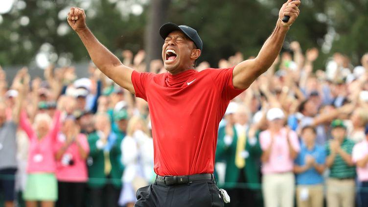 Tiger Woods explose de joie après avoir remporté le Masters d'Augusta, à Augusta (Géorgie, Etats-Unis), le 14 avril 2019. (ANDREW REDINGTON / GETTY IMAGES NORTH AMERICA / AFP)