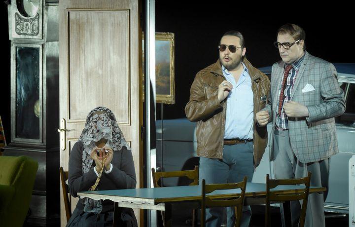 Michele Pertusi (Don Pasquale), Nadine Sierra (Norina) et Florian Sempey (Dottor Malatesta).  (Vincent Pontet/Opéra national de Paris)