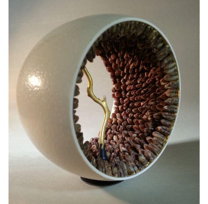 Patricia Lemaire : sculpture d'oeuf d'autruche contenat des noyaux de dattes et du corail doré 24 cts  (Patricia Lemaire )
