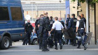Des gendarmes arrivent à la gendarmerie de Persan (Val d'Oise) pour aller sécuriser le quartier de Boyanval, à Beaumont, le 20 juillet 2016, où un homme de 24 ans est mort après son interpellation, la veille. (MAXPPP)
