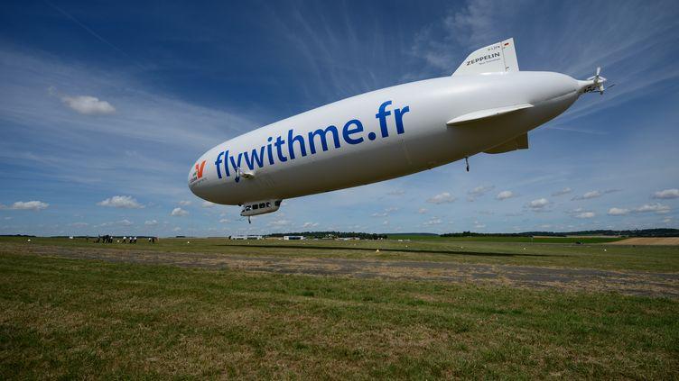 Un dirigeable de la société Airship-Paris survole l'Ile-de-France, le 4 août 2013. (ERIC FEFERBERG / AFP)