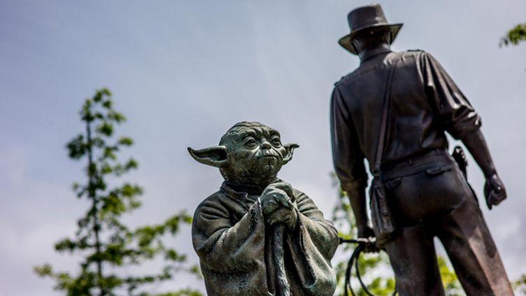 (La statue de bronze de Yoda tourne le dos à celle d'Indiana Jones dans l'Imagination Park de San Anselmo en Californie. © Matthieu Mondoloni / France Info)