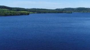 Au milieu du pays, à cheval entre la Creuse et la Haute-Vienne, se trouve un lac immense de 1000 hectares, le lac de Vassivière. Crée il y a 70 ans, il est aujourd'hui le paradis des pêcheurs et des amateurs de paddle. (FRANCE 2)