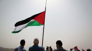 Les Palestiniens regardent leur immense drapeau un mât à Ramallahle 11 sept 2015 (MOHAMMAD ALHAJ / NURPHOTO / AFP)