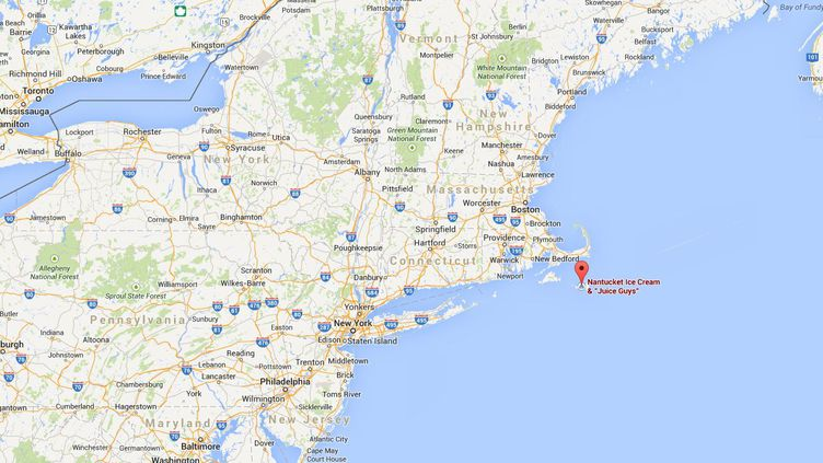 Corey Griffin, 27 ans, a sauté du toit d'un bâtiment de deux étages, dans le port de Nantucket (Etats-Unis), jeudi 21 août 2014. ( GOOGLE MAPS / FRANCETV INFO )