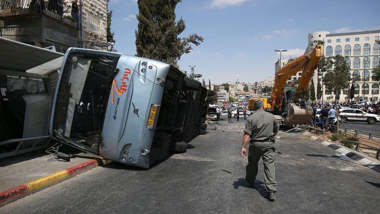 Le bus renversé par une pelleteuse à Jérusalem (Israël), le 4 août 2014. (MAXPPP)