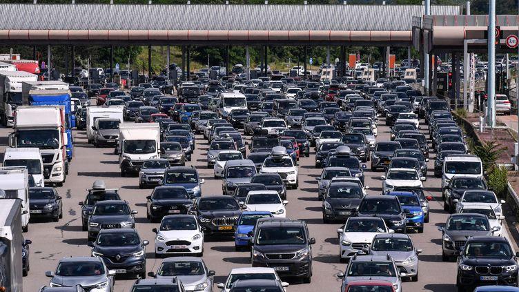 Un embouteillage à Lyon sur l'autoroute A7 le 10 juillet 2021. (PHILIPPE DESMAZES / AFP)