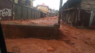 Les rues de Freetown (Sierra Leone), ravagées par les inondations, lundi 14 août 2017. (XINHUA / AFP)