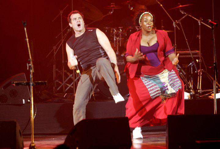 Johnny Clegg et sa danse caractéristique le pied levé haut, en concert au Grand Rex à Paris, le 19 novembre 2006. (F.DUGIT / PHOTO PQR LE PARISIEN / MAXPPP)