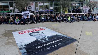 Desmilitants écologistes réunis sur l'esplanade de la Défense, près de Paris, le 19 avril 2019. (THOMAS SAMSON / AFP)