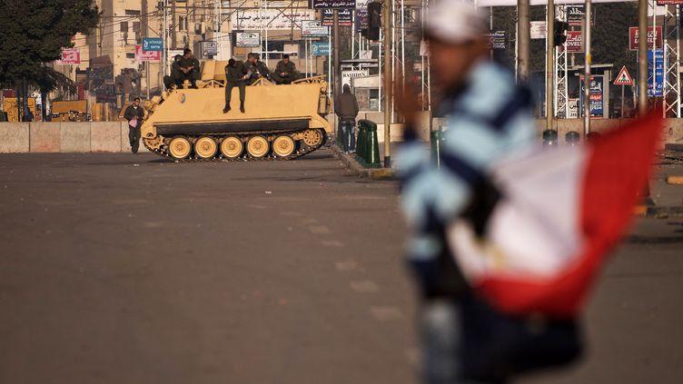 Un blindé devant le palais présidentiel au Caire samedi 8 décembre 2012 (GIANLUIGI GUERCIA / AFP)