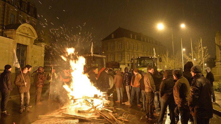 Des dizaines d'agriculteurs manifestent devant la préfecture de région à Rennes (Ille-et-Vilaine); le 22 janvier 2016. (MAXPPP)