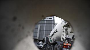 Une photo d'un camion du groupe Lafarge, le 7 avril 2014, à Paris. (FRANCK FIFE / AFP)