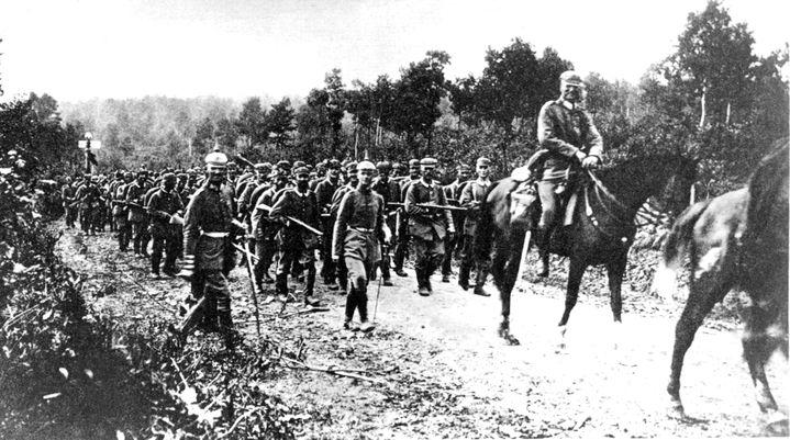 Un contingent allemand franchit la frontière belge, au début du mois d'août 1914. (AFP)