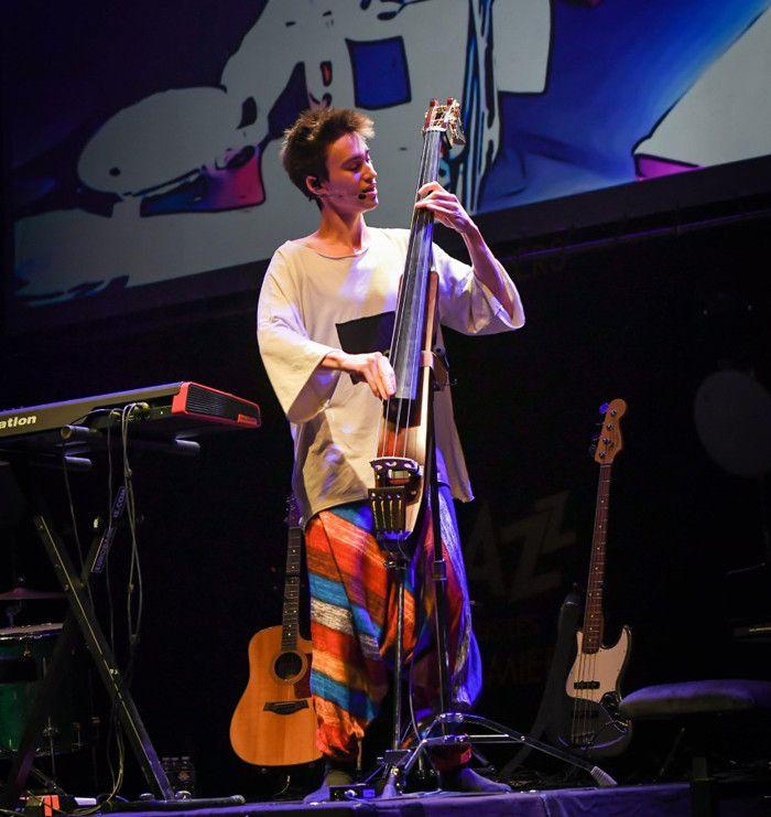 Jacob Collier à la basse électrique, à Coutances  (Pierre-Yves Le Meur)