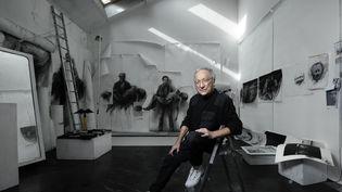 L'artiste visuel Ernest Pignon-Ernest dans son atelier à Ivry-sur-Seine (Val de Marne), le 7 octobre 2020 (JOEL SAGET / AFP)