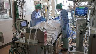 Un patient atteint du Covid-19 est pris en chargedans un hôpital de Brest (Finistère), le 15 avril 2021. (MAXPPP)