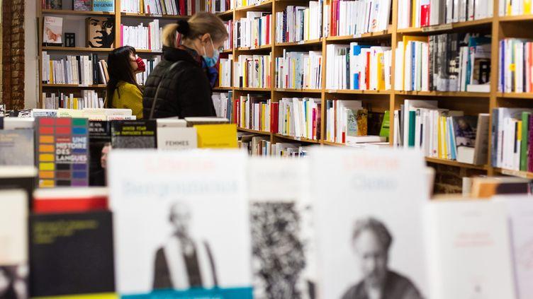 Les deux mois de confinement ont porté un coup aux librairies indépendantes.Depuis, les clients sont de retour en quête de conseils et de lectures passionnantes. Illustration dans la Somme. (MATTHIEU RONDEL / HANS LUCAS)