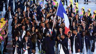 La délégation française a défilé derrière son porte-drapeau Teddy Riner, samedi 6 août 2016, au stade Maracana de Rio (Brésil). (JULIEN CROSNIER / DPPI MEDIA / AFP)