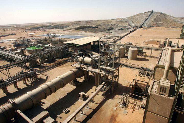 Vue générale des installations de l'usine de traitement de minerai de la Somair, à Arlit, Niger. (PIERRE VERDY / AFP)