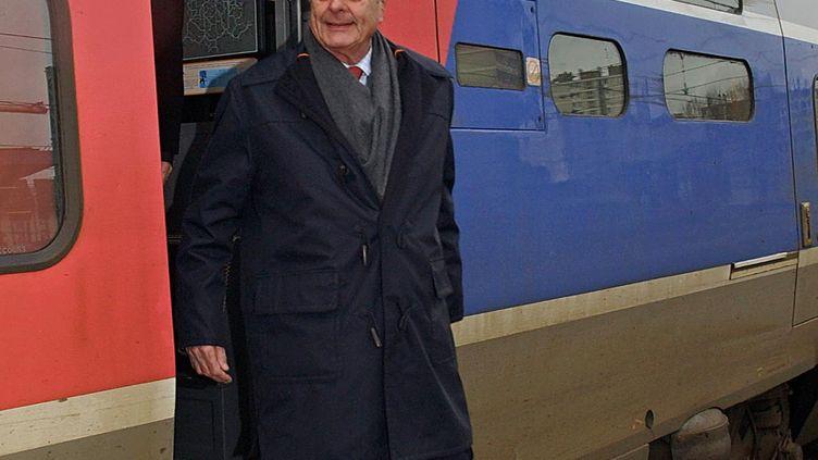 Jacques Chirac sort d'un train en gare de Tours, le 27 février 2002. (ALAIN JOCARD / AFP)