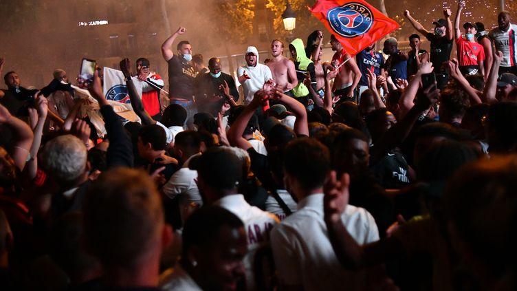 Les supporters parisiens célèbrent la qualification pour la finale de Ligue des champions (JULIEN MATTIA / ANADOLU AGENCY)