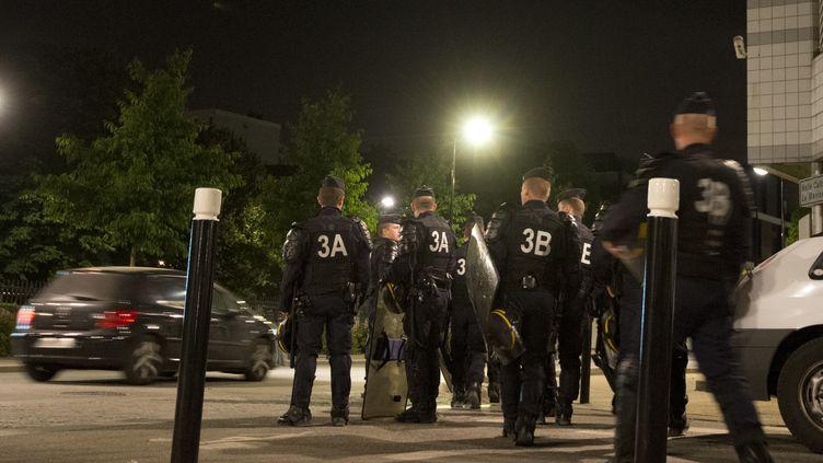 Des policiers à Trappes (Yvelines), le 21 juillet 2013. (MIGUEL MEDINA / AFP)