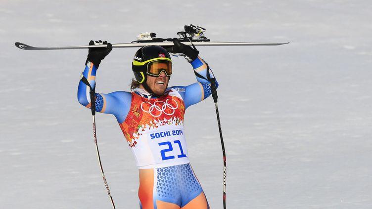 Le Norvégien Kjetil Jansrud savoure sa médaille d'or en super G, le 16 février 2014 à Sotchi. (ALEXANDER KLEIN / AFP)