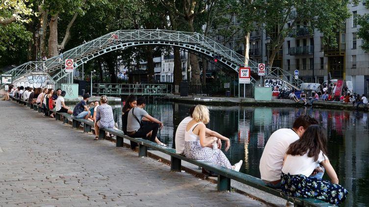 Des parisiens profitent du Canal Saint Martin pendant la canicule, le 23 juillet 2019 (FRANCOIS GUILLOT / AFP)
