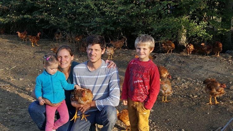 Hélène Delmas et sa famille sur leur exploitation depoulets bio, dans le Lauragais, près de Toulouse. (TOUS DROITS RÉSERVÉS)