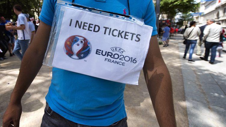 Un homme cherche des tickets avant un match de l'Euro 2016. (ROMAIN LAFABREGUE / AFP)