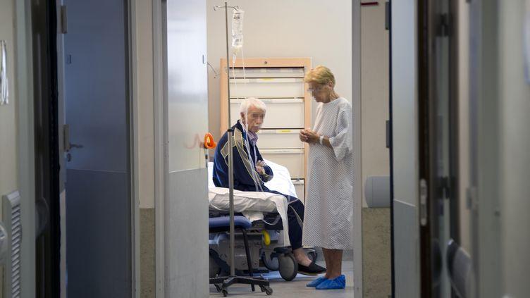 Des personnes âgées patientent au service des urgences de l'hôpital Purpan, à Toulouse (Haute-Garonne),le 22 août 2011. (PASCAL PAVANI / AFP)