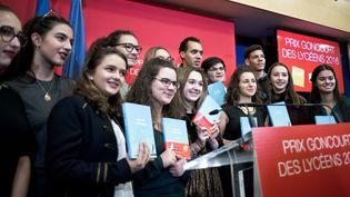Gaël Faye,le lauréat et les lycéens lors de la cérémonie de remise du Prix Goncourt des lycéens en 2016  (NICOLAS MESSYASZ/SIPA)