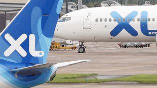 Deux avions de la XL Airways, à l'aéroport de Manchester (Grande-Bretagne). (PAUL ELLIS / AFP)