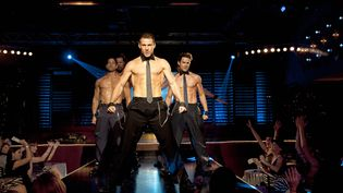"Channing Tatum (au centre) interprète le héros de ""Magic Mike"", film de Steven Soderbergh sorti le 15 août 2012.  (KOBAL / THE PICTURE DESK / AFP)"