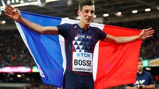 Le Français Pierre-Ambroise Bosse célèbre son titre de champion du monde sur 800 m, à Londres, le 8 août 2017. (LUCY NICHOLSON / REUTERS)