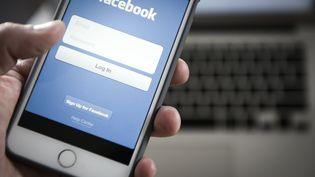 Un utilisateur de Facebook utilise le réseau social, le 25 mai 2018. (JAAP ARRIENS / NURPHOTO / AFP)