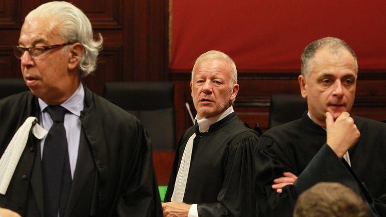 Les avocats des parties civiles (de g. à dr.), BenoîtDucos-Ader, Edouard Martial et Daniel Picotin, chaque jour prompts à souligner les improbables détails de la vie du prévenu Thierry Tilly, le 24 septembre 2012 à Bordeaux. (FABIEN COTTEREAU / MAXPPP)