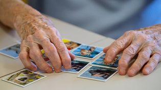 """Une résidente de la maison de retraite Maria Eich joue au jeu """"Memory"""" dans un service de soins àKrailling, en Allemagne, le 17 novembre 2020. (SVEN HOPPE / DPA / AFP)"""